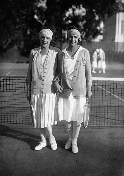 Suzanne Lenglen and Julie Vlasto playing tennis in 1926